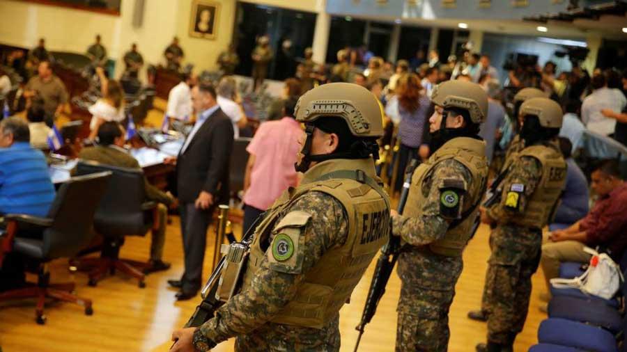 el-presidente-de-el-salvador-irrumpe-en-el-congreso-con-militares-e-inicia-una-crisis